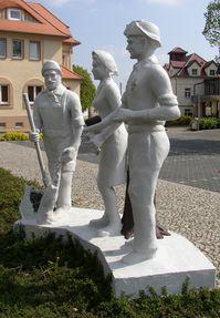 Röblingen am See: Denkmal (von Otto Vogel, 1982 zur 1050-Jahrfeier vom Braunkohlenwerk Röblingen gestiftet; Seestr. Ecke Pfarrstr.)
